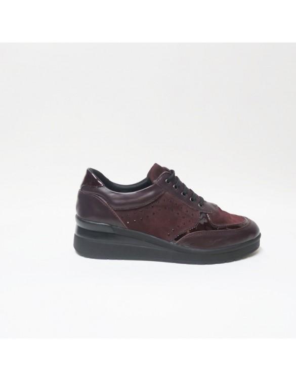 Zapato burdeos de estilo deportivo