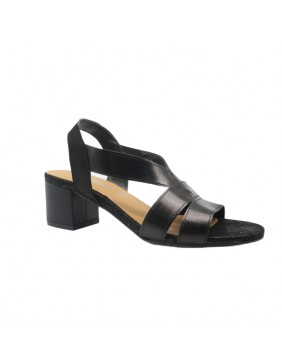 Sandalia negra de tacón cuadrado