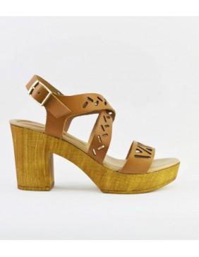 Sandalia de tacón con tiras caladas